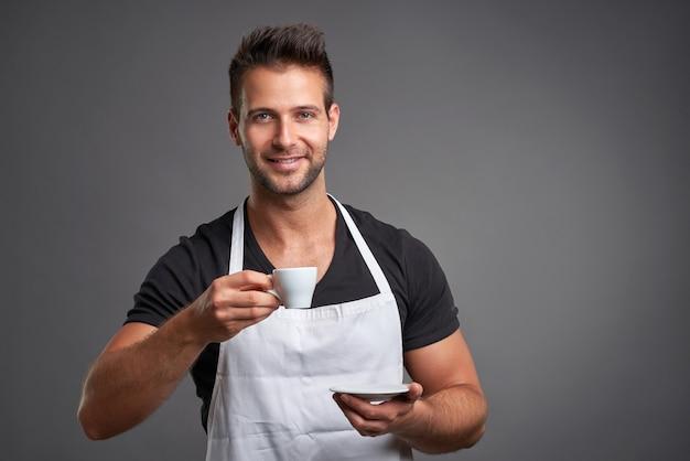 Ein junger barista-mann