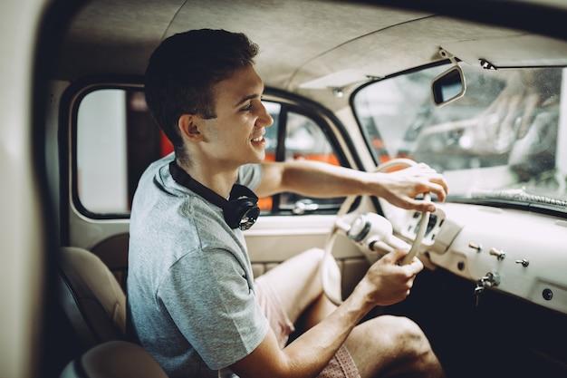 Ein junger blonder mann parkt seinen tankwagen.