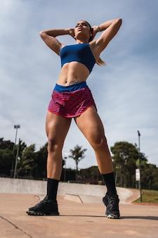 Ein junger bodybuilder posiert im freien.