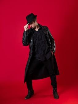 Ein junger charismatischer mann in schwarzer kleidung, der held einer noir-geschichte