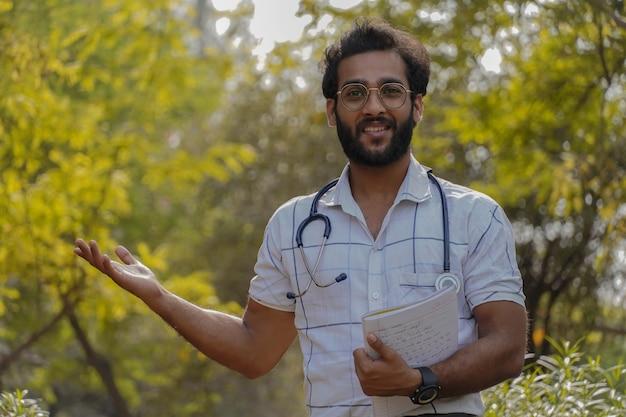 Ein junger exited-student möchte mit seinem stethoskop und seinem buch medizin studieren