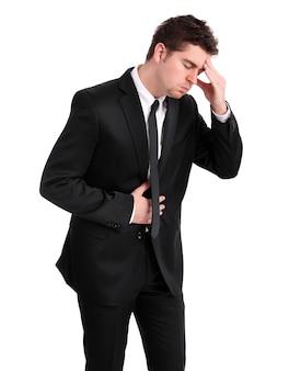 Ein junger geschäftsmann mit grippesymptomen auf weißem hintergrund