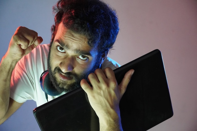 Ein junger hacker ist bereit, selbstbewusst zu hacken