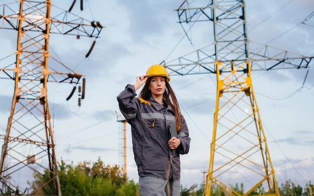 Ein junger ingenieur inspiziert und kontrolliert die ausrüstung der stromleitung. energie.