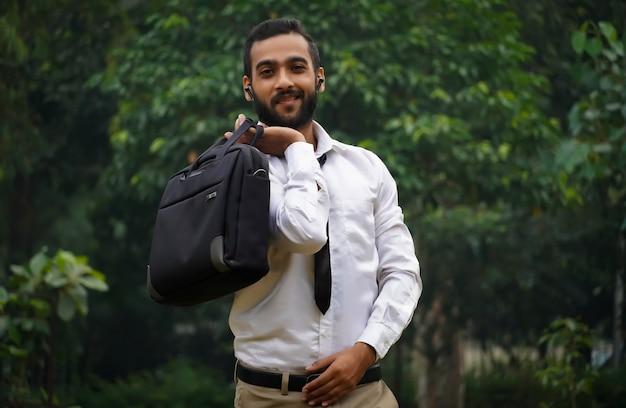 Ein junger mann, der zur arbeit geht, hat einen neuen job bekommen