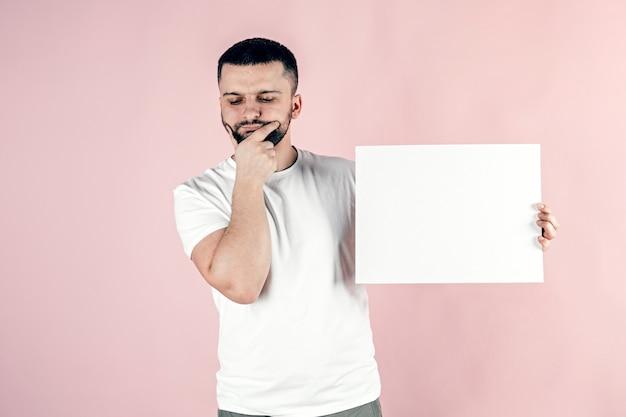 Ein junger mann hält ein weißes laken in den händen.
