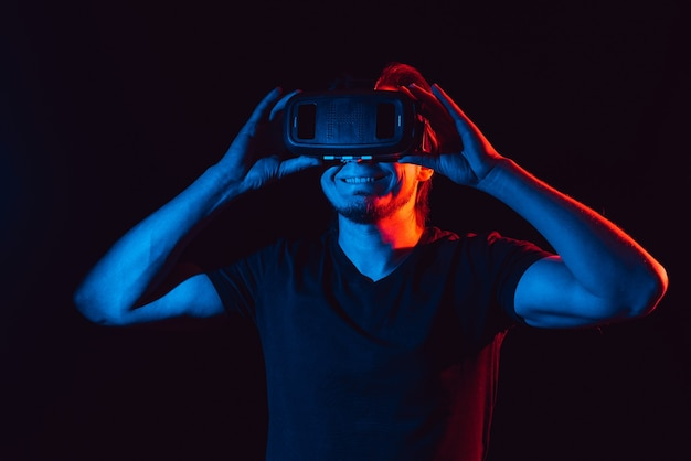 Ein junger mann mit einer hightech-virtual-reality-brille
