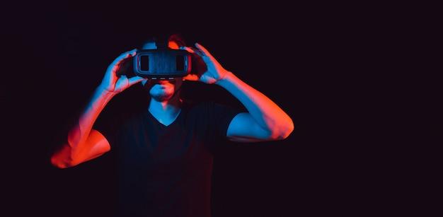 Ein junger mann mit high-tech-virtual-reality-brille. mit platz für text