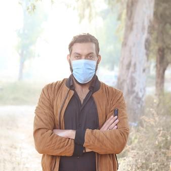 Ein junger mann mit maske macht eine aktivität