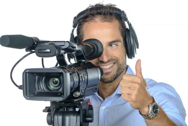 Ein junger mann mit professioneller filmkamera