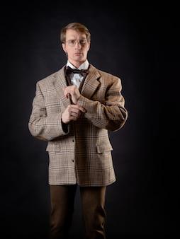 Ein junger, solider mann im bild eines viktorianischen wissenschaftlers, eines hochschullehrers oder eines naturwissenschaftlers. vintage retro-anzug, junger attraktiver mann in weste und fliege