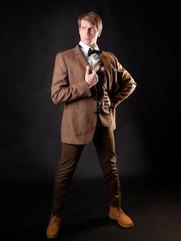 Ein junger solider mann im bild eines viktorianischen wissenschaftlers