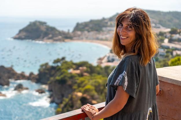 Ein junger tourist, der tossa de mar aus der sicht betrachtet, girona an der costa brava von katalonien im mittelmeer?