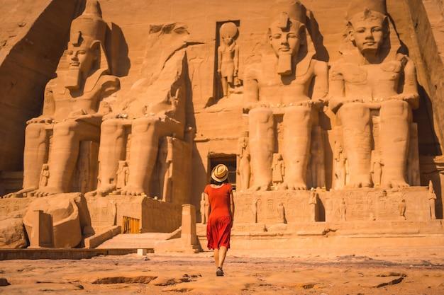 Ein junger tourist in einem roten kleid betritt den abu simbel tempel