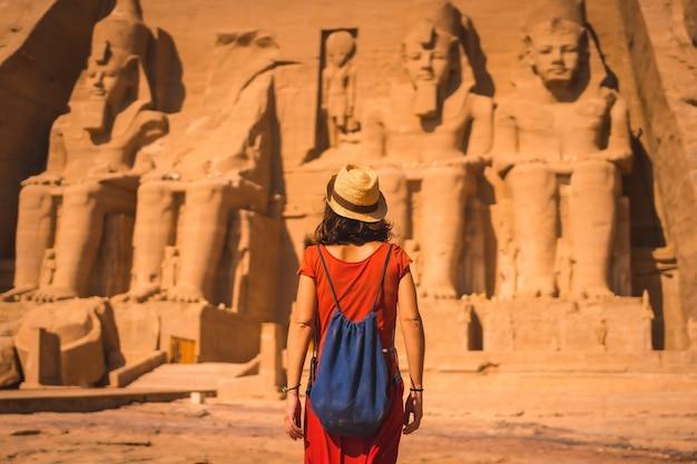 Ein junger tourist in roter kleidung, der in richtung abu simbel geht