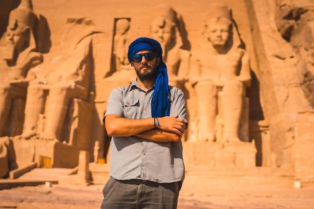 Ein junger tourist mit einem blauen turban, der den abu simbel besucht