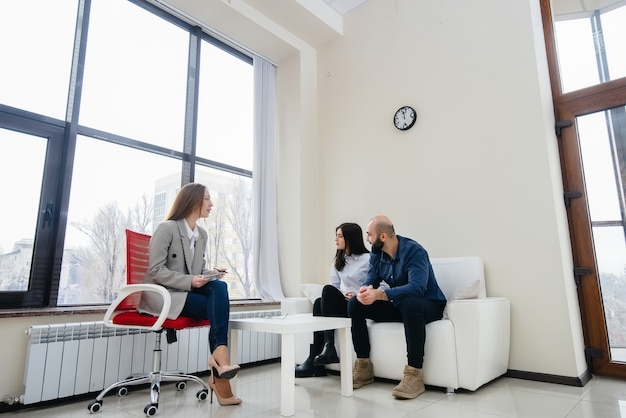 Ein junges ehepaar aus männern und frauen spricht bei einer therapiesitzung mit einem psychologen. psychologie.