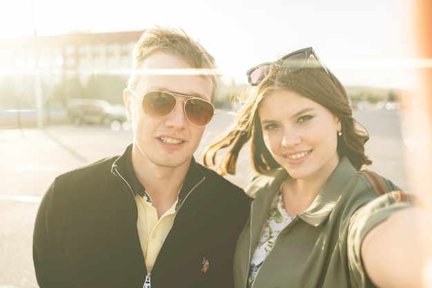 Ein junges familienpaar, das während des europa-stadtreiseurlaubs selfie macht, schöne menschen lächeln konzept