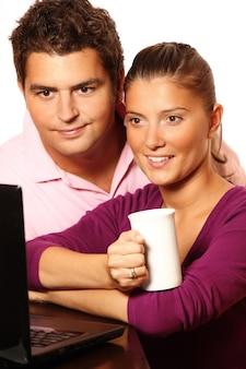 Ein junges hübsches ehepaar, das im internet recherchiert