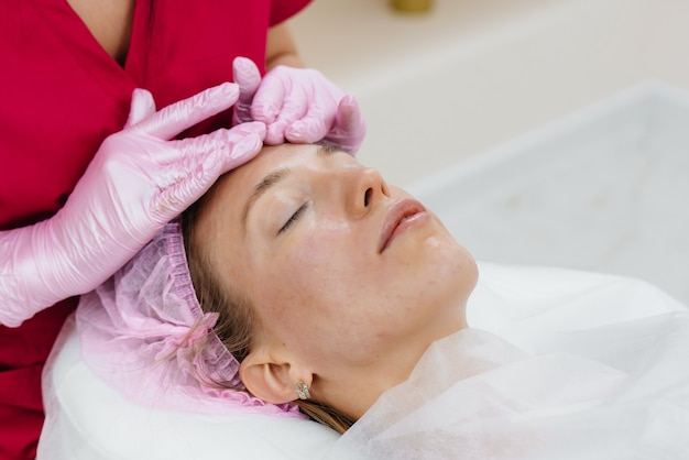 Ein junges hübsches mädchen genießt eine professionelle kopfmassage im spa. körperpflege. schönheitssalon.