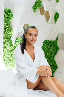 Ein junges hübsches mädchen genießt eine professionelle kosmetische massage im spa. körperpflege. schönheitssalon.