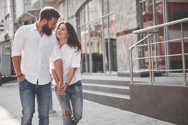 Ein junges lustiges liebespaar hat spaß an einem sonnigen tag.