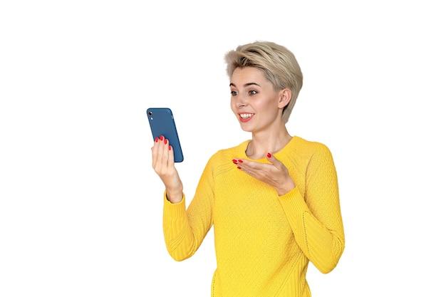 Ein junges mädchen ist überrascht, auf einem smartphone zu kommunizieren.