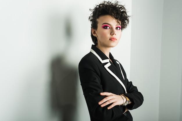 Ein junges mädchen mit einer seltsamen frisur und rosa make-up