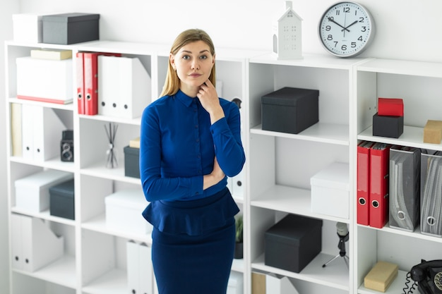 Junges Mädchen In Büro Gefickt