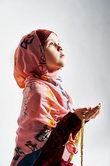 Ein junges muslimisches mädchen macht namaz und betet zu allah. ramadan schnell. ramadan bayram