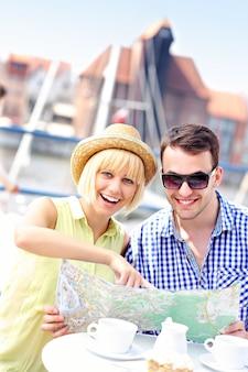 Ein junges paar, das in einem restaurant auf eine karte zeigt