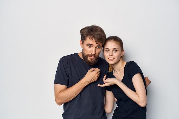 Ein junges paar gesellt sich zusammen und posiert modestudio-lifestyle