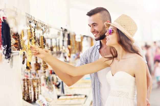 Ein junges paar kauft souvenirs