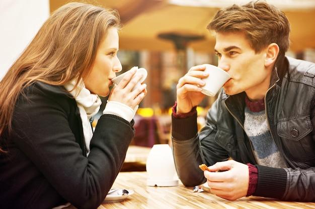Ein junges paar trinkt kaffee in einem restaurant