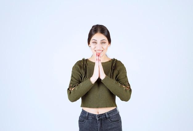 Ein junges schönes frauenmodell, das beim beten aufschaut