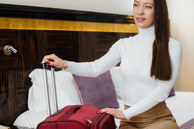 Ein junges schönes mädchen checkte in ihr zimmer in einem luxushotel ein