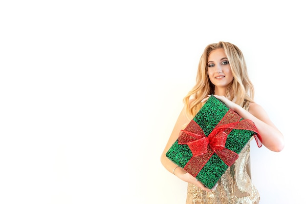 Ein junges schönheitsmädchen mit weihnachtsgeschenk