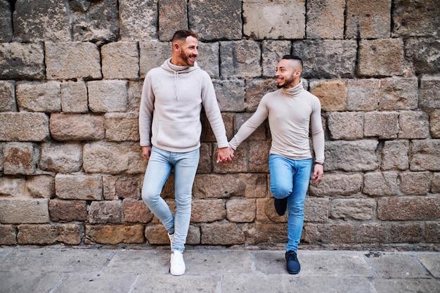 Ein junges schwules paar in barcelona - schwules konzept
