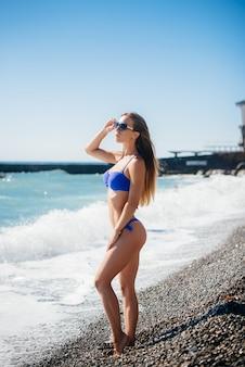 Ein junges sexy mädchen ruht sich am sonnigen tag auf dem ozean aus. erholung, tourismus.