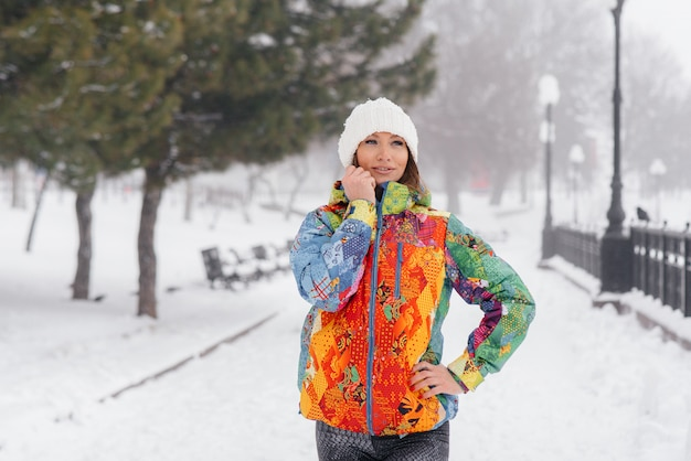 Ein junges sportliches mädchen posiert an einem frostigen und schneebedeckten tag. fitness, laufen.