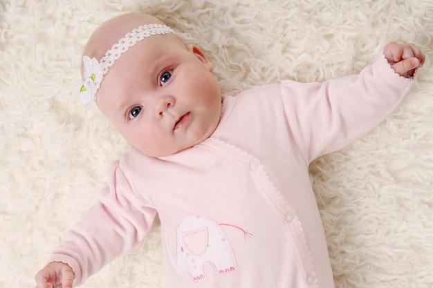 Ein junges und schönes baby in pink