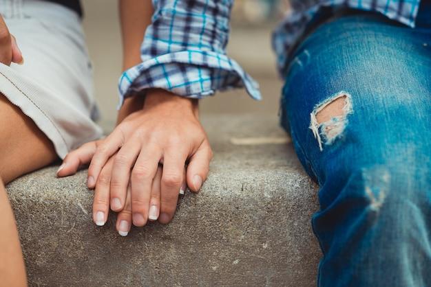 Ein junges verliebtes paar berührte beim ersten date die hände