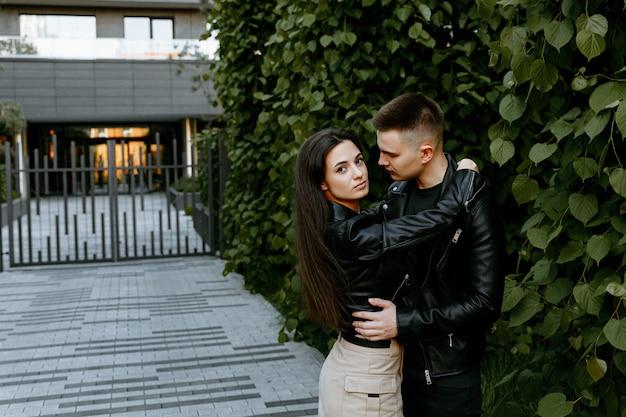 Ein junges verliebtes paar, ein mann und eine frau gehen durch die abendstadt und verbringen zeit miteinander.