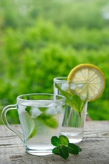 Ein kaltes getränk aus zitrone, limette und minze