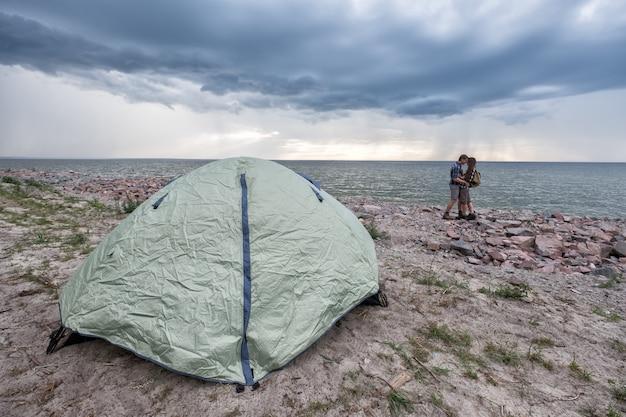 Ein kampierender lebensstil des sommers schoss mit einer wald- und seelandschaft