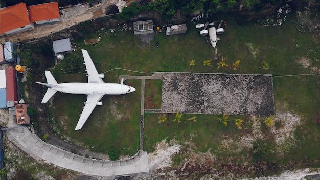 Ein kaputtes flugzeug auf einem bali wird von einer drohne aus fotografiert