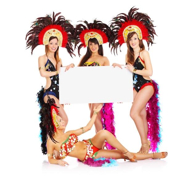 Ein karnevalsmädchen, das eine weiße tafel auf weißem hintergrund hält holding