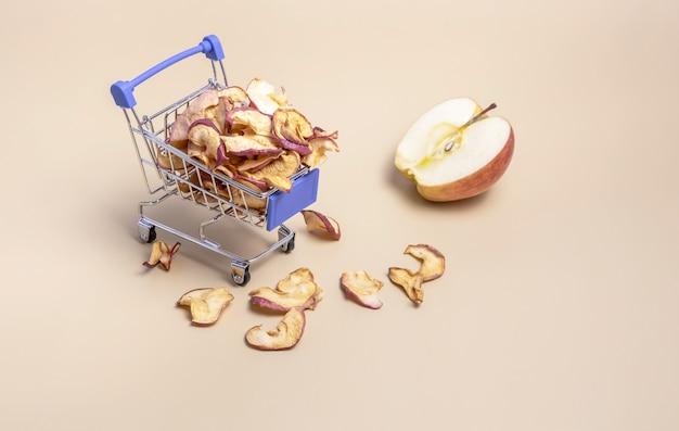 Ein karren mit getrockneten apfelscheiben und einer halben frucht