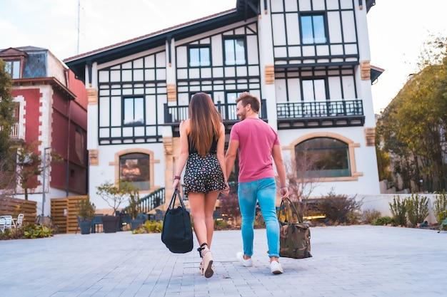 Ein kaukasisches paar, das für seinen romantischen urlaub im hotel ankommt. sommerlicher lebensstil
