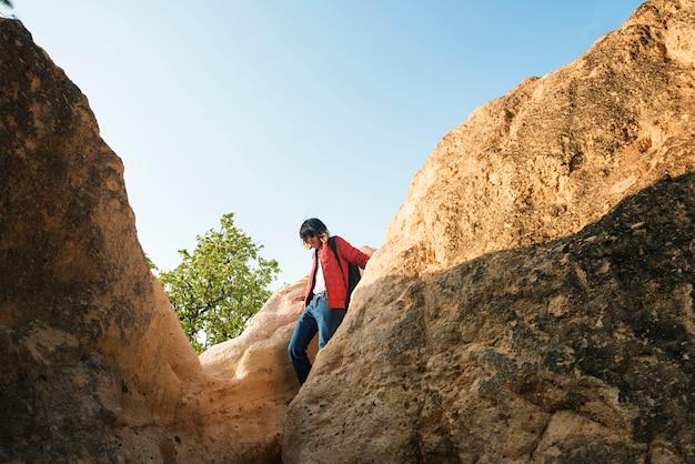 Ein kerl, der durch felsen klettert